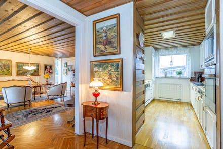 Gränsande till köket ligger vardagsrummet och det vackra golvet leder vidare in i det