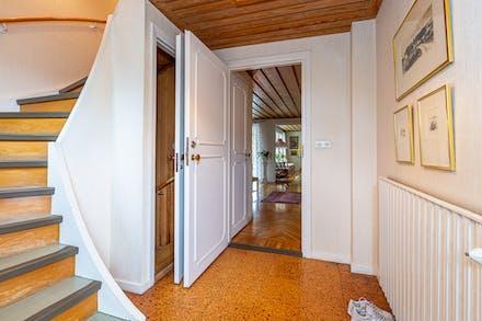 Från hall/entré på framsidan nås både övre plan och källaren
