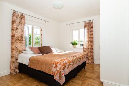Stort sovrum med samma fin golv.