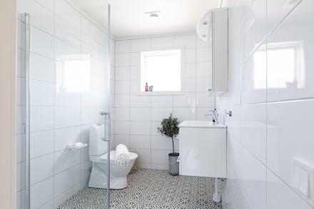 Helkaklat badrum i anslutning till sovrummen.
