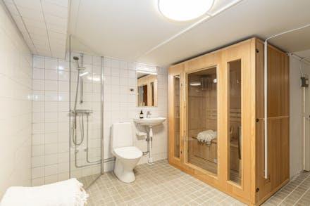 Helkaklat med klinkergolv, dusch, bastu och wc.