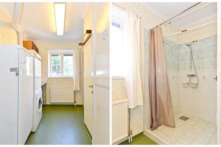 Bra tvättstuga med tvättmaskin, torktumlare och frysskåp samt dusch