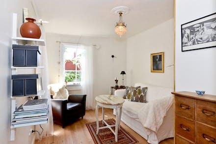 Sovrum 1 har fönster i två väderstreck och vackra trägolv