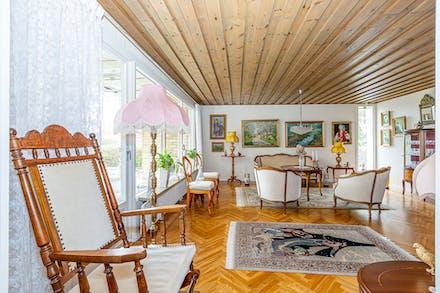 Åter i vardagsrummet som har kompletterats med ett smart ljusinsläpp i hörnet