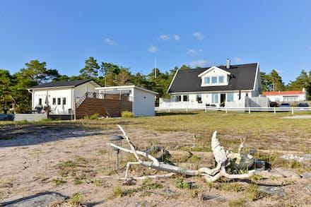 Två fastigheter på första parkett med fri havsutsikt och båda är till salu
