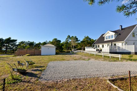 Båda fastigheterna säljes men ett staket markerar tomtgränsen emellan...
