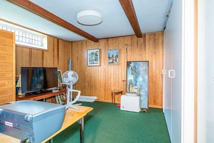 Lekrum/arbetsrum i källaren med inbyggnadsgarderober