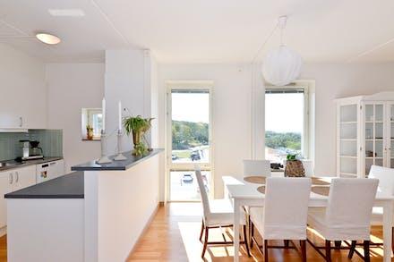 Kök med barlösning mot matplats och vardagsrum