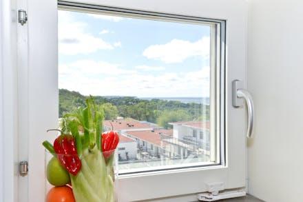 Från köksfönstret ser du ända ut till Högklint