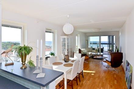 Kök och vardagsrum är dryga 40 m² ihop med gott om ljusinsläpp