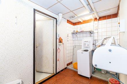 Tvättstuga och dörr till pannrum