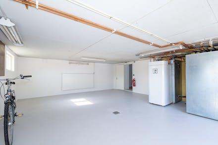 I garaget finns 3 st 500 l ackumulatortankar för lagring av varmvatten.