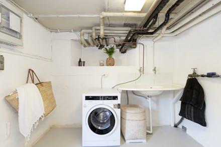 Tvättmaskin och tvättbänk.