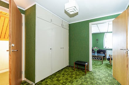 Inre hall på övre plan med gott om förvaring