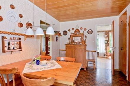 Från köket når man groventrén, vardagsrummet och hallen