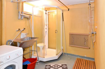 Direkt till vänster, tvättstugan med duschar