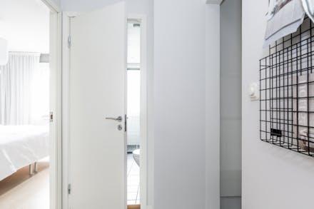 Badrum mellan sovrum och kök