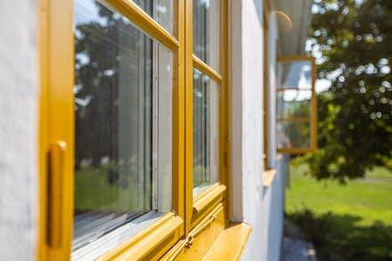 Nyrenoverad fönster i varmgul ockra.