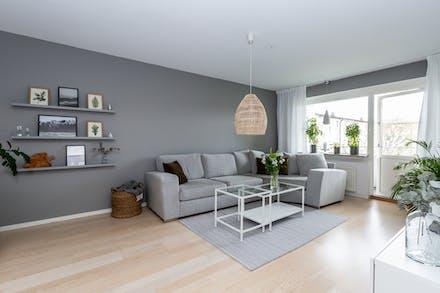 Vardagsrum med gott om plats för större soffa