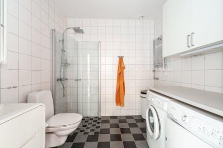 Välutrustat badrum med kakel/klinker och golvvärme