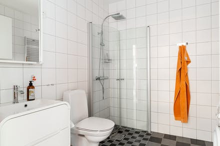 Här finns dusch med praktiska vikväggar