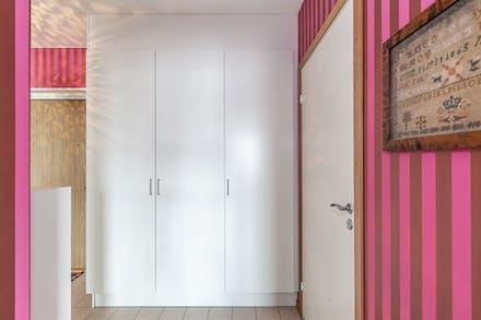I hall/entré finns garderob / linneskåp samt teknikskåp