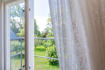 Sovrum två har fönster mot söder.