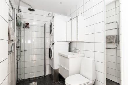 Påkostat badrum med egen tvättmaskin och tumlare.