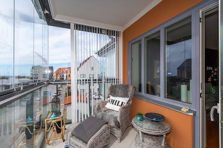 Inglasad balkong med plats för utemöbler