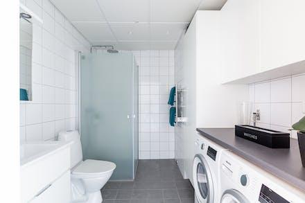 Välordnat och praktiskt badrum i sober stil
