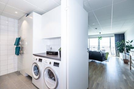 Både tvättmaskin och torktumlare samt bra förvaring