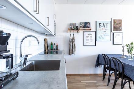 Köket har både snygga och praktiska materialval