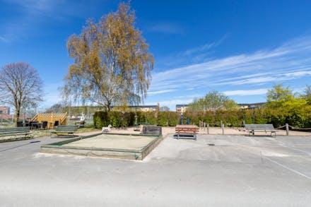 Nära stan, naturen, lekplats och förskola.