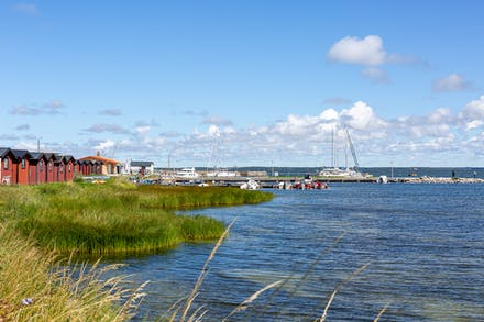 Hamnen är ett populärt ställe bland turister och bofasta.
