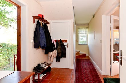 Från hall/entré nås både övre plan och källaren