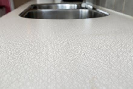 Det klassiska Virrvarr-mönstret på laminatbänkskivan i köket