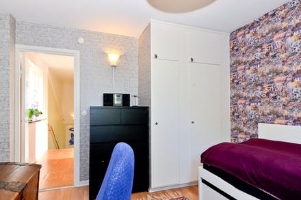 Sovrum 1 med inbyggnadsgarderober