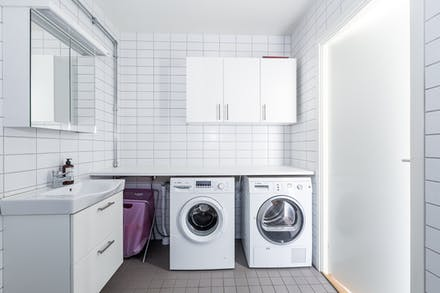 Rymligt badrum med egen tvättmaskin och tumlare.