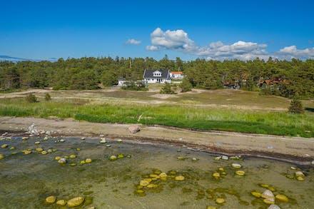 Två fastigheter med drömläge vid Tofta strand