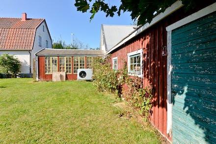 Gott om uthus och bostadshuset värms med vattenburen värme via luftvattenvärmepump