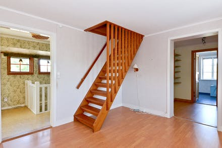 Från allrum finns trappa till vindsplan