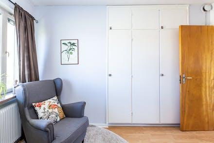 Förvaring i 3 platsbyggda garderober