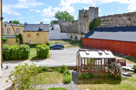 Utsikten över innergården och ringmuren