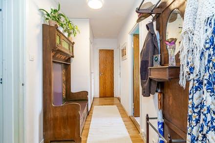 Här finns platsbyggda garderober och gott om förvaring.
