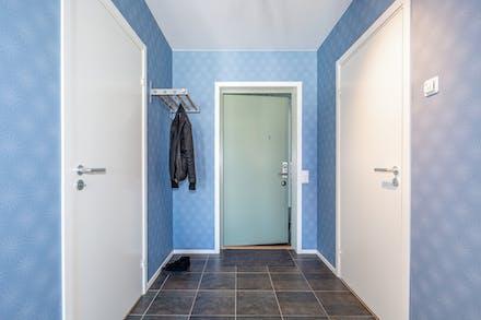 Klädkammare och badrum nås från hallen.