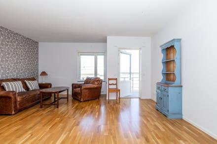 Stort vardagsrum med vacker parkett.