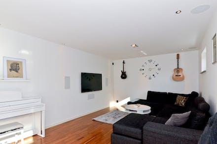 Här finns det infällda högtalare både i vägg och tak för bästa ljudupplevelse.