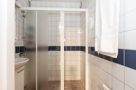 Helkaklat badrum med stor dusch.