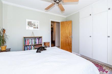 Platsbyggda garderober med originaldörrar.