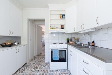 Nyrenoverat kök med bevarade detaljer.